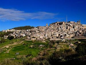 A cidade de Caltagirone fica situada em cima das montanhas.