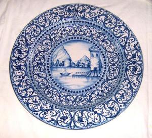Prato de cerâmica exposto em galeria de arte