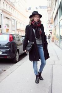 como usar casaco no inverno brasileiro com lenço boots-con-jeans-stretti