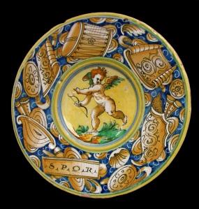 Cerâmica Maiolica branca com a figura de Eros colorida