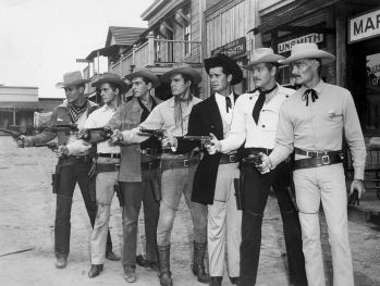 "Astros das séries de TV de 1959 da Warner Brothers transmitidas nos Estados Unidos pela ABC. Da esquerda para a direita: Will Hutchins (""Sugarfoot"" Brewster-Sugarfoot), Peter Brown (Johnny McKay-Lawman), Jack Kelly (Bart Maverick-Maverick), Ty Hardin (Bronco Laine-Bronco), James Garner (Bret Maverick-Maverick), Wayde Preston (Christopher Colt-Colt .45) e John Russell (Dan Troop-Lawman)"
