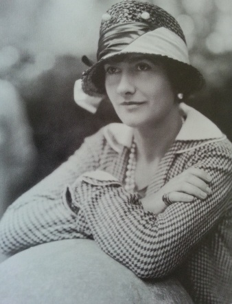 "Coco Chanel usando chapéu cloche e usando seu corte caracteristico, o ""la garçonne"""
