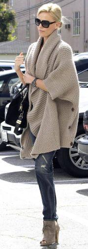Charlize Teron usando capa de trico.
