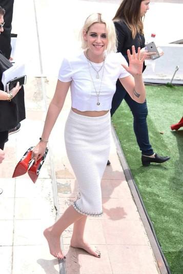 A atriz Kristen Stewart, descalço em evento em Cannes