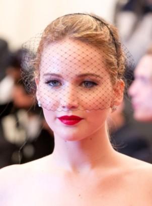 L-actrice-Oscarisee-a-ose-la-voilette_portrait_w674