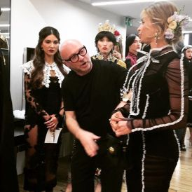 Domenico Dolce verifica cada detalhe do look de Grazi antes dela entrar na passarela.