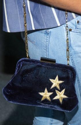 Uma pequena bolsa em veludo pode ser o toque especial que você precisa para deixar seu look fashion.