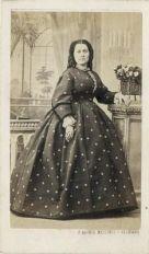 Mulher fotografada por volta de 1865.