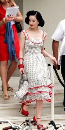 Dita Von Teese em 2016 com vestido retro usado por ela em sessa de fotos para a revista InStyle em 2011. Marca desconhecida.