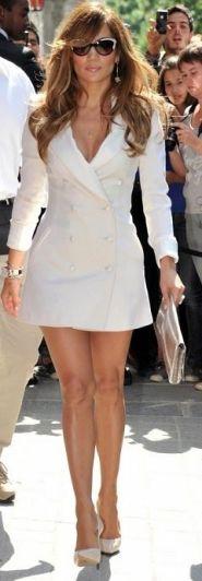 Jennifer Lopez em um vestido Tuxedo branco.